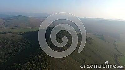 Strada di vista aerea nella foresta di conifere sul lago Baikal, Buriazia, Russia stock footage