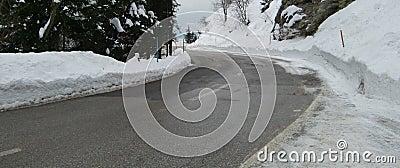 Strada ghiacciata nella scena di inverno
