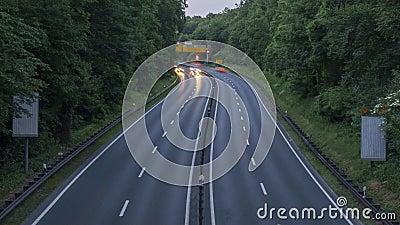 Strada principale A37 e traffico al crepuscolo, colpo di lasso di tempo germany Bassa Sassonia stock footage
