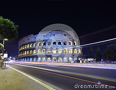 Strada vicino alle vecchie pareti di pietra del Colosseo