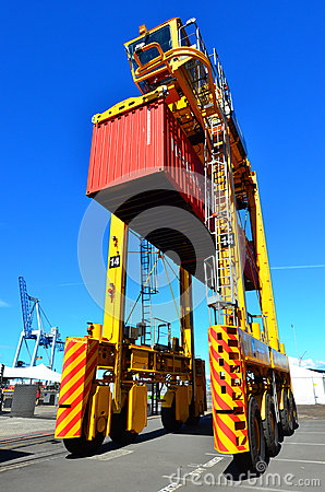 Free Straddle Carriers And Containers On Fergusson Wharf Stock Photo - 66270710