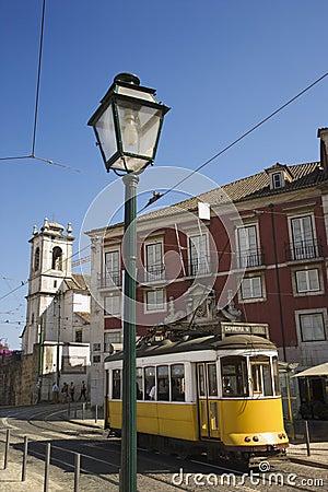 Straße mit Laufkatze in Portugal.