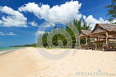 Strand av det Andaman havet på den KohKho Khao ön