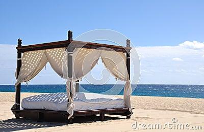 strand bett stockfotografie bild 12144962. Black Bedroom Furniture Sets. Home Design Ideas