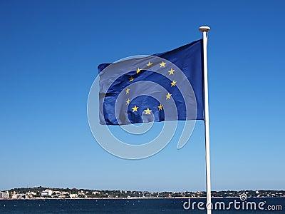 Strand mit Europa-Markierungsfahne