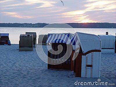 Strandkörbe am Abend