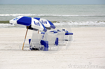 Strandstühle und -regenschirme
