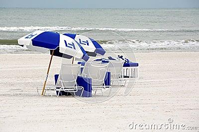 Strandstolar och paraplyer