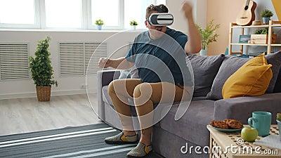 Strano giovane che guida in vetri di realtà rinomati che si diverte al chiuso con un congegno video d archivio