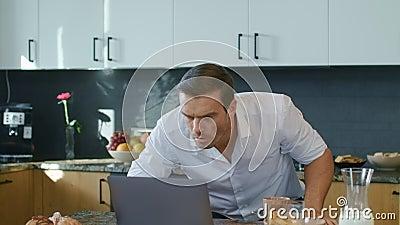 Straszący mężczyzny dopatrywania wideo na laptopie w luksusu domu Biznesowy mężczyzna dostaje szoka zbiory wideo