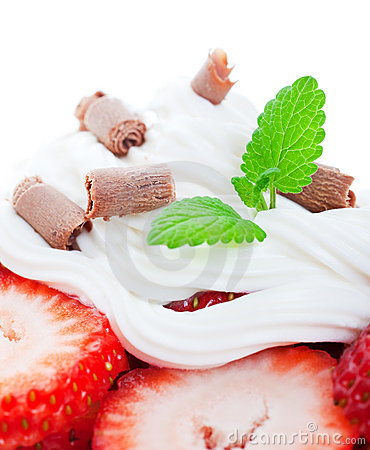 Free Strawberries And Chocolate Curls Royalty Free Stock Images - 15057749