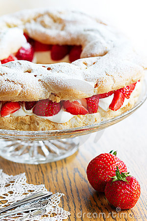 Strawberry choux pastry ring