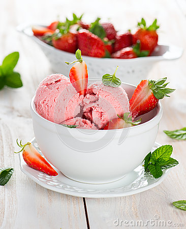 Free Strawberry Ice Cream Served With Fresh Ripe Strawberries Royalty Free Stock Images - 51934299