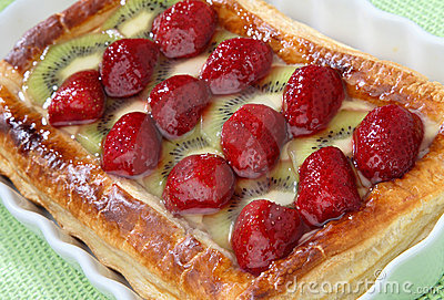 Strawberry and kiwi pie dessert