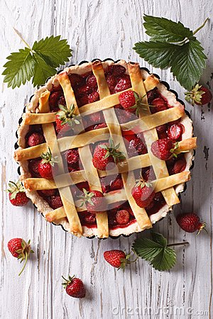 Free Strawberry Pie With Fresh Berries Vertical Top View Stock Images - 55521984