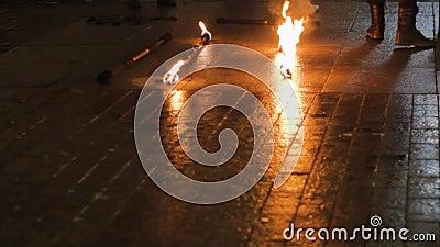 Street-fire-Performance-Kunst brennender Metallwurzeltanz stock video