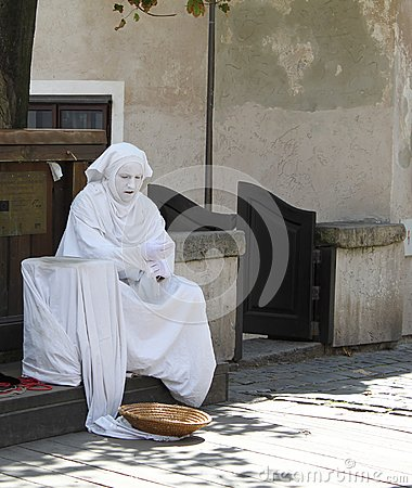 Free Street Performer Resting Between Acts Royalty Free Stock Photography - 108524757