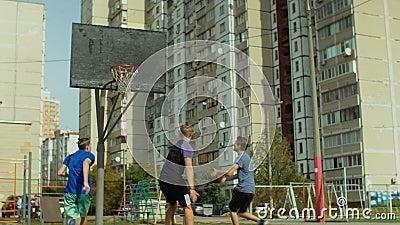Streetballspeler die een punt na snelle onderbreking noteren stock videobeelden