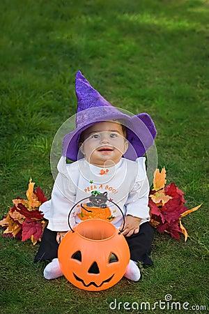 Strega sorridente di Halloween del bambino