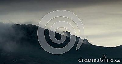 Streng klimaat in de bergen stock video