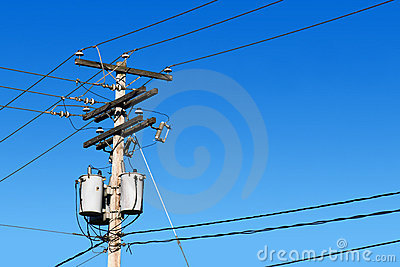 Stromleitung Pfosten und blauer Himmel