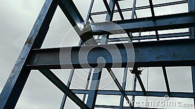 Structure de soudure de faisceau en acier de travailleur sur le nouveau bâtiment banque de vidéos