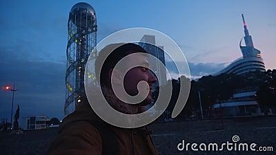 Strzelanina wideo w Selfie Wideo blogger na tle budynków, atrakcji Wlogger podróżnik i odkrywca zdjęcie wideo