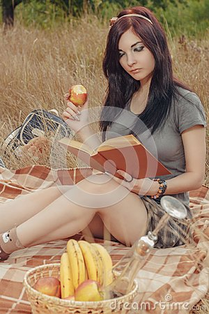 Free Student Girl On A Picnic Royalty Free Stock Images - 113249729
