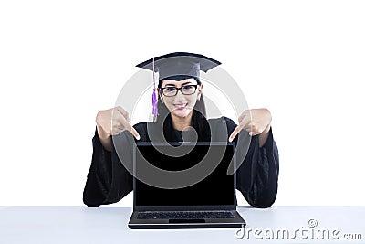 Student im Aufbaustudium, der auf leeren Schirm auf Laptop zeigt