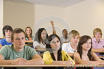 Student met hand die in lezing wordt opgeheven