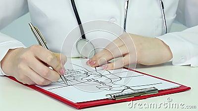 Studenta medycyny writing test podczas anatomii klasy, studiowanie istoty ludzkiej fizjologia zbiory wideo