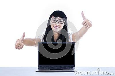 Studentduimen omhoog met copyspace
