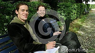 Studenten die buiten leren