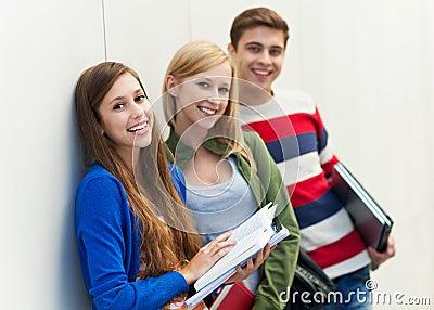 Studenten die hun boeken houden