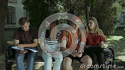 Studenten, die zusammen auf der Bank studieren stock video