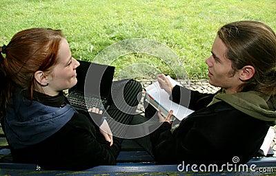 Studenten op een bank