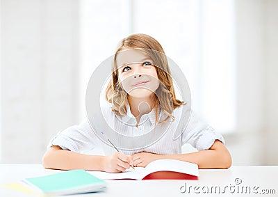 Studentenmädchen, das in der Schule studiert