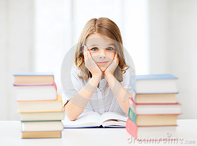 Studentenmeisje die op school bestuderen