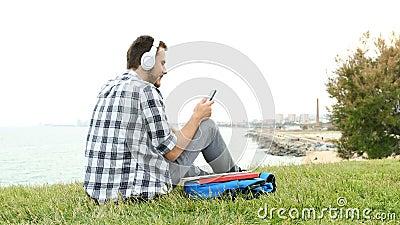 Studenti che ascoltano musica con smartphone archivi video