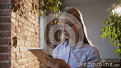 Studie-, affärs-, folk-, finans- och redovisningsbegrepp Den härliga unga kvinnan med långt hår i exponeringsglas arbetar på lager videofilmer