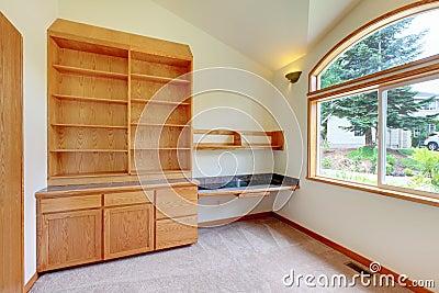 Studie of bibliotheekruimte met nieuwe bouwstijl in meubilair.