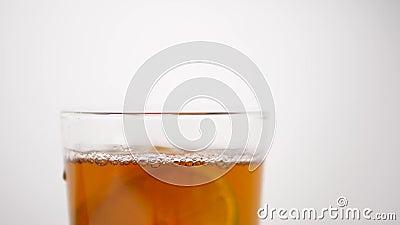 Studio: Kalk die in een glas van drank dicht omhoog HD langzame motie vallen stock footage