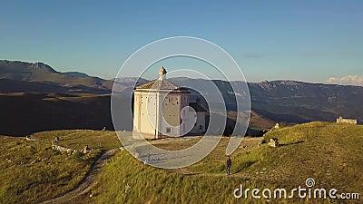 Stunning 4k antena wieś kościół w Abruzzo dolinach szybko, Włochy zbiory wideo