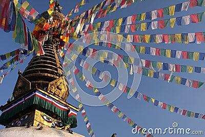 Stupa und Gebetmarkierungsfahnen