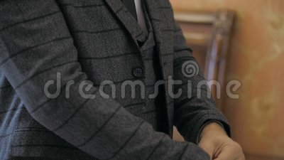 Stylish groom usa seu terno de casamento filme