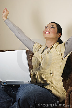 Succesvolle vrouw die laptop huis gebruikt
