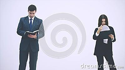 Succesvolle zakelijke partners staan, gegevens controleren De mens draait over zijn notitieboekje, de vrouw kijkt stock videobeelden