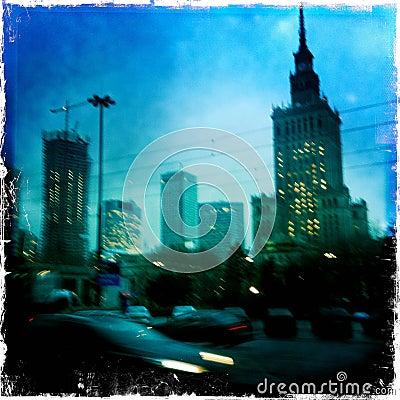 Suddigt beskåda av Warsaw på natten
