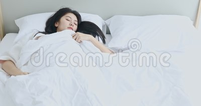 Sueño asiático de la mujer agitado en cama en el dormitorio metrajes