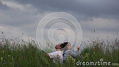 Sueño de los pares que se relajan en pico de la colina, cielo azul del cierre, cayendo en amor almacen de metraje de vídeo
